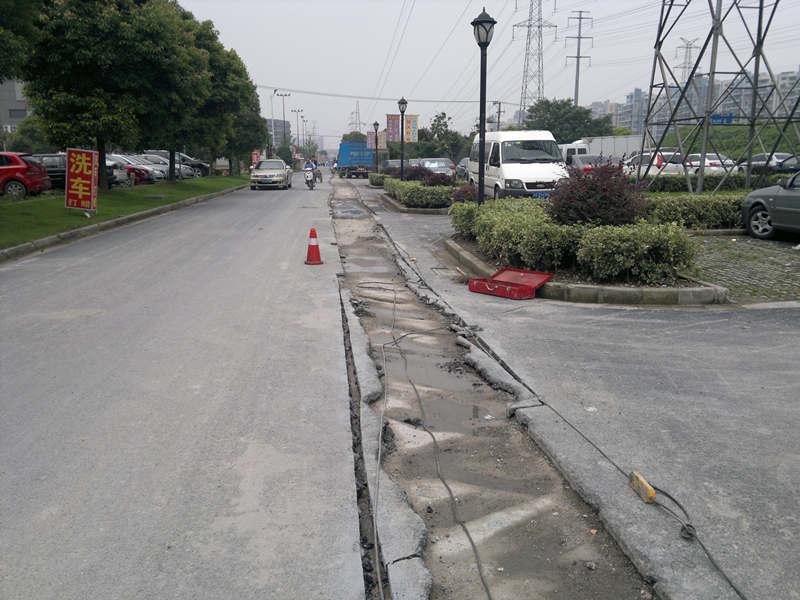 江桥沃尔玛路面修补