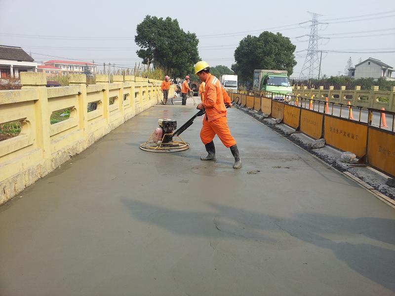 橋面快修使用上海環宇研發生產的道路快修料:快鹿130F