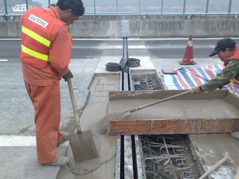 道路伸縮縫搶修使用上海環宇研發生產的道路快修料:快鹿CM3